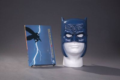 Batman Dark Knight Returns Book & Mask Set APR160376D